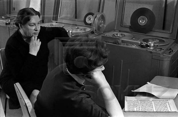 Агния Львовна Барто в радиостудии.