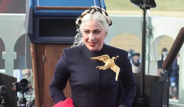 Оголившая грудь Леди Гага пошалила в бассейне