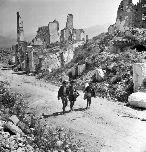 Италия, Монте-Кассино, 1948 год - Мальчишки, бредущие посреди развалин