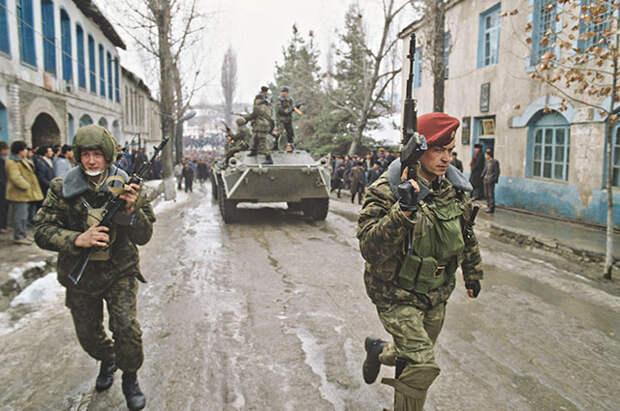 Военнослужащие Министерства обороны СССР на улицах города г. Физули. Введение чрезвычайного положения на территории НКАО, приграничных с ней районах Азербайджанской ССР.