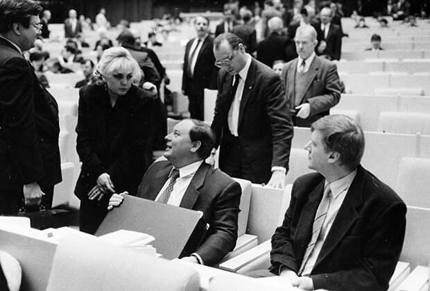 Егор Гайдар в зале Государственной Думы с коллегами из блока «Выбор России» Эллой Памфиловой и Анатолием Чубайсом