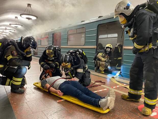 Пожарные отработали приёмы и способы организации работы по тушению пожаров/ управление Департамента ГОЧСиПБ по СВАО