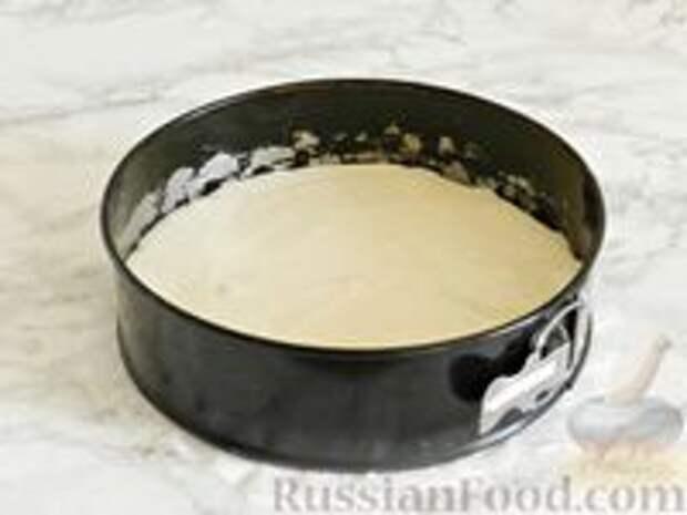 Фото приготовления рецепта: Королевская ватрушка с заливкой из сгущенки и шоколада - шаг №7