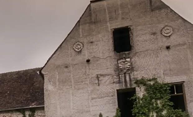 Семья въехала в старый дом и нашла за обоями дверь, которую заклеили 102 года назад