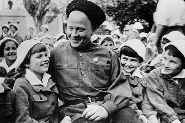 Аркадий Гайдар: в каких военных преступлениях обвиняют детского писателя