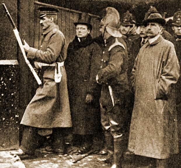 Прибытие Уинстона Черчилля на Сидней-стрит. <br>
