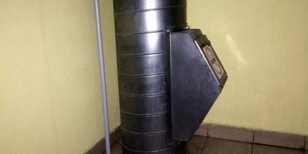 В подъезде дома на Декабристов устранили засор в мусоропроводе