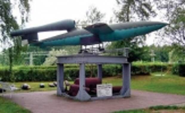 ФАУ-1V-1 (Фау-1, от нем.«оружие возмездия») – самолет-снаряд, состоявший на вооружении армии Германии в конце Второй мировой войны. Ракета Фау-1 была первым применявшимся в реальных боевых действиях беспилотным летательным аппаратом. Первое боевое использование – 13 июня 1944 года. Применялась для стрельбы по английской территории. Всего было выпущено около 10 000 снарядов, что повлекло за собой гибель более 6000 человек. За характерный звук ПуВРД V-1 получила у англичан прозвище «жужжащая бомба» (buzz bomb)