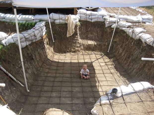 Этот мужчина выкопал такую яму во дворе, что теперь ему все завидуют!
