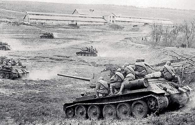 целых три года она сдерживала наступательные порывы Красной армии. Когда наюге, встепной зоне война уже катилась кграницам СССР, влесах иболотах назападном направлении шли жестокие позиционные бои.