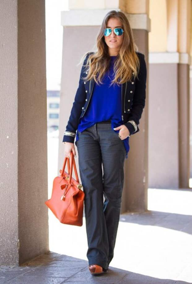 серые классические брюки и жакет Шанель