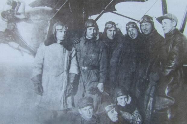 Николай Максимов (второй слева) - летчик.
