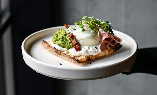 Ресторан дома: брускетта с авокадо, вареным окороком и яйцом пашот