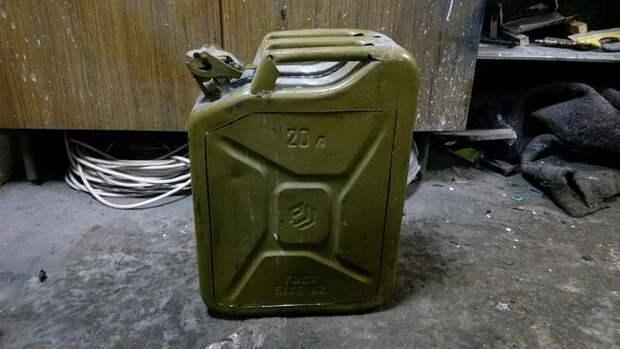 Собственно, стандартная 20-литровая канистра. Вырезаем по контуру дверцу.