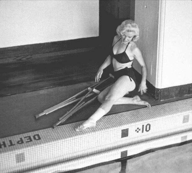 Гипс — красоте не помеха: редкие фото Мэрилин Монро на костылях