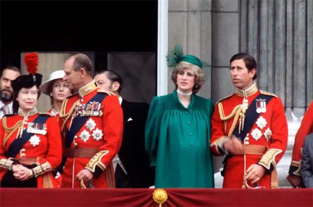 Королева Елизавета II, принц Филипп, принцесса Диана и принц Чарльз