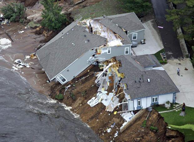 Этот дом возле озера Делтон размером в 254 акра, штат Висконсин, был разрушен паводковыми водами 9 июня 2008. Вышедшее из берегов озеро в Висконсине смыло три дома. Также существовала опасность разрушения плотины. (AP Photo/Wisconsin State Journal, Steve Apps)
