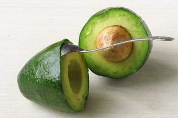Острым ножом разрезать авокадо пополам до косточки, повернуть половинки в разные стороны, отделить косточку и снять кожицу (можно отделить мякоть с помощью чайной ложки, введя её выпуклой стороной под кожицу и двигаясь в одном направлении).