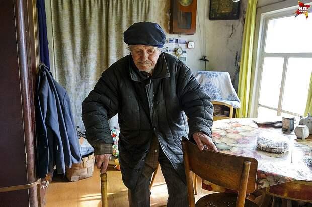Евгений Попов с трудом ходит, часто болеет и практически не принимает гостей, но ребят из деревни Гам, которым отдал деньги, принял с радостью Фото: Наталия БЕШКАРЕВА