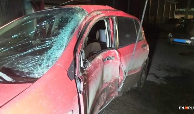 «Вкармане бутылка водки»: вЕкатеринбурге водитель Hyundai насмерть разбился остолб