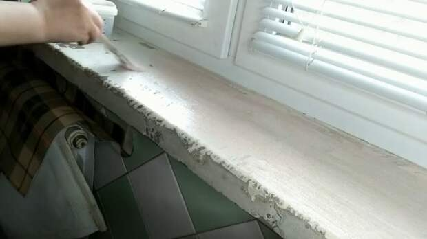 Старый бетонный подоконник со сколами мастерица преобразила в настоящий шедевр