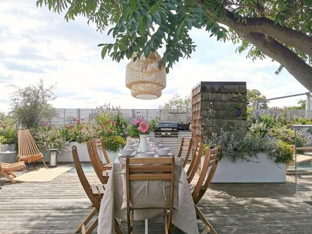 Терраса на крыше дома с деревом посередине