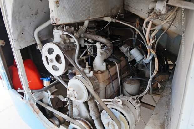 В моторном отсеке — рядная бензиновая ''шестёрка'' от ЗИЛ-164 ЛАЗ, авто, автобус, автомир, гагарин, космодром, лаз-695б, юрий гагарин