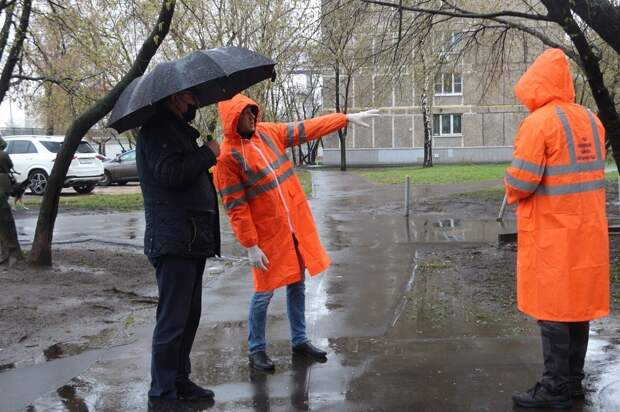 Возможно, это изображение (один или несколько человек, люди стоят и водоем)