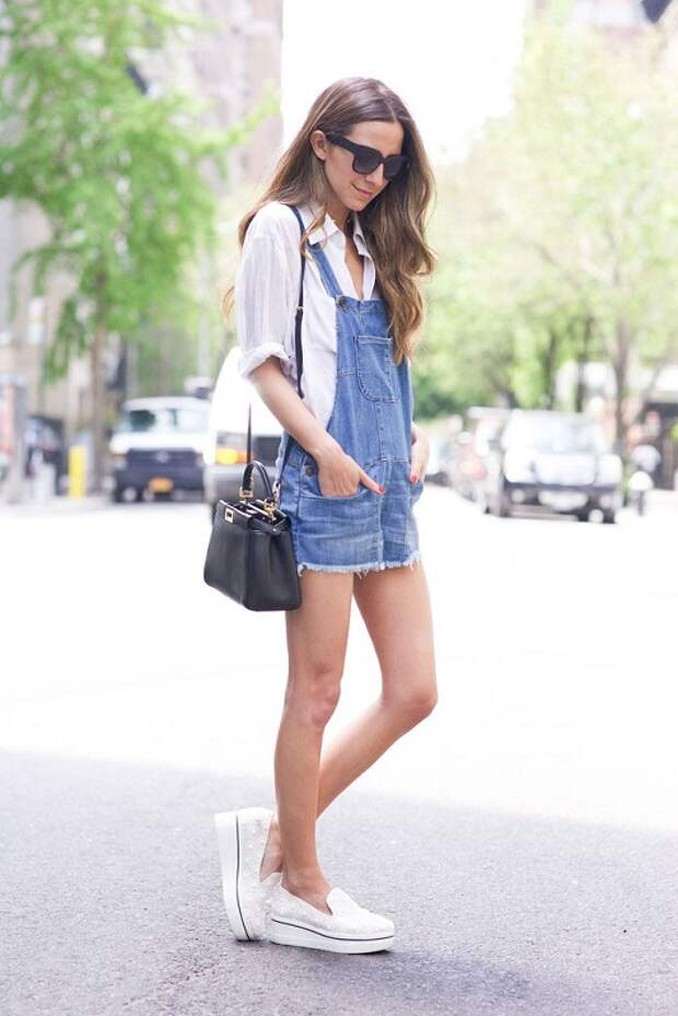Модель в джинсовом сарафане и белых криперах
