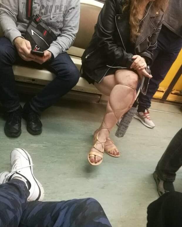Так крепко затянула, что аж колени посинели маразмы, метро, московское метро, питерское метро, подземка, прикол, фрики из подземки