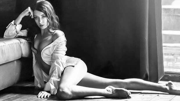 Боброва приняла челлендж от Медведевой в поддержку прав женщин, выложив фото в рубашке на голое тело