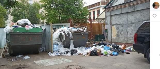 Из двора дома на Лефортовском валу забыли вывезти мусор