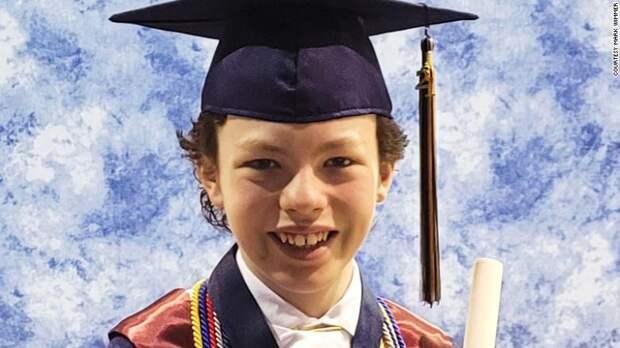 Когда не терял времени на карантине: 12-летний мальчик одновременно оканчивает школу и колледж