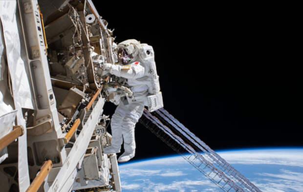 Астронавты вышли в открытый космос для установки солнечных батарей на МКС