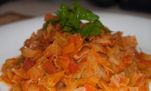 Тушим капусту, и добавку просят даже те, кто раньше не ел капусту. Добавляем морковь, лук и немного томатной пасты