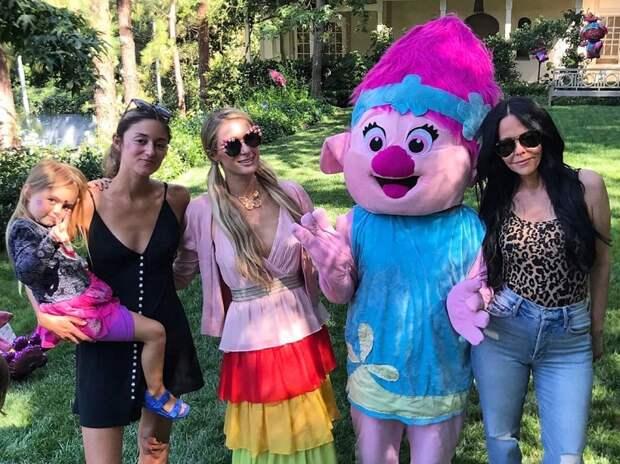 Пэрис с подругами на празднике