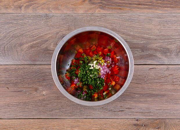 Сытный ужин: запеченная форель с томатной сальсой и кремом из зеленого горошка