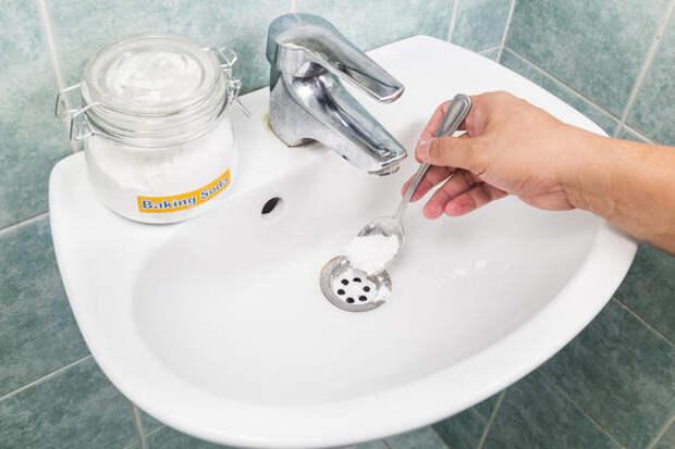 Сода поможет прочистить сливные трубы