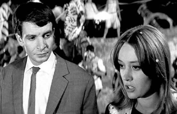Савва Хашимов и Маргарита Терехова в фильме *Бегущая по волнам*, 1967 | Фото: kino-teatr.ru