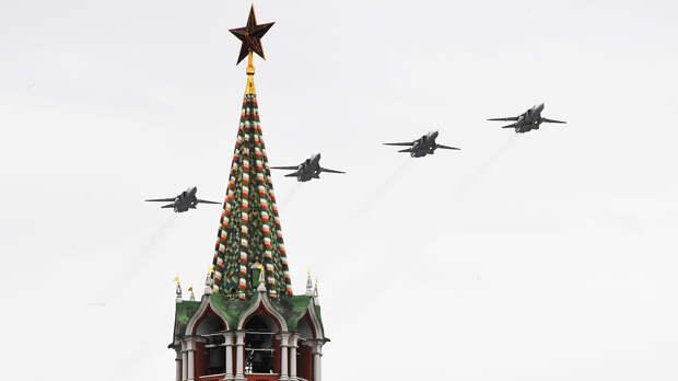 Фронтовые бомбардировщики Су-24 на воздушном параде Победы в Москве, 9 мая 2020 года