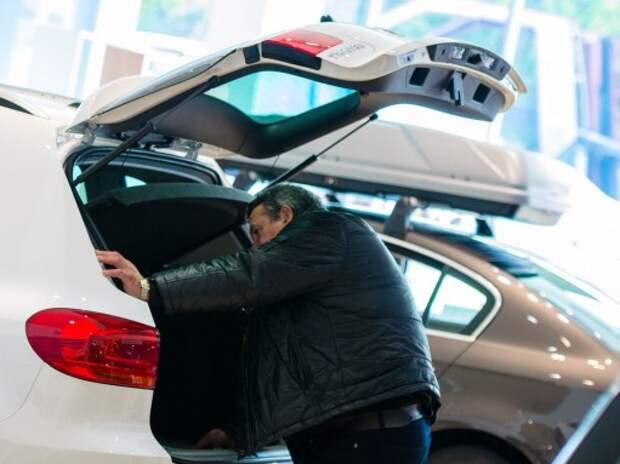 Дилеры приостановили продажи из-за падения рубля