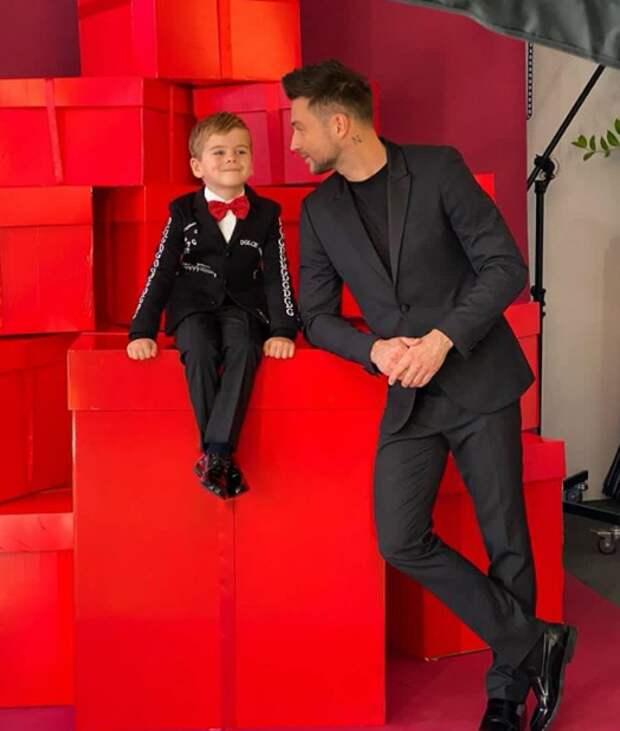 Поклонники восхитились фото Сергея Лазарева с сыном в стильных деловых костюмах