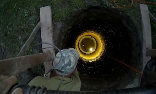 Как выкопать глубочайший колодец без бурения, одной лишь лопатой. Видео