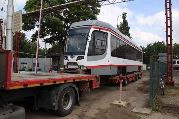 В Краснодар доставили два трамвая из новой партии