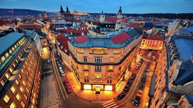 В Праге задержали вандалов, обливших кетчупом забор посольства РФ