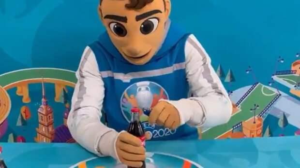 Талисман Евро-2020 показал Черчесову, как открывать бутылки