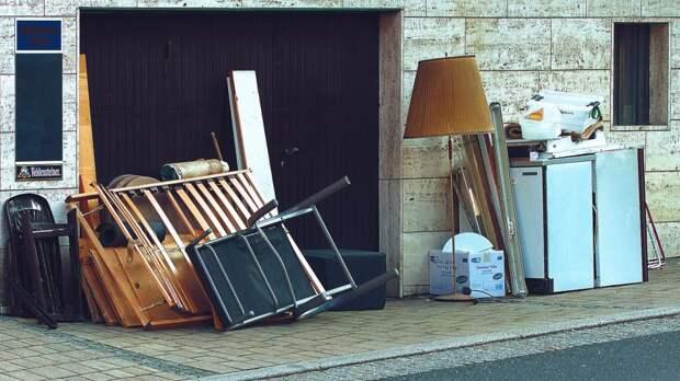 Старую мебель убрали от подъезда дома на Трофимова
