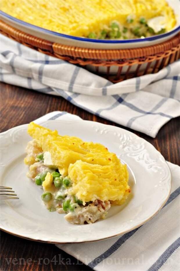 Запеканка с рыбой, зелёным горошком и картофельным пюре