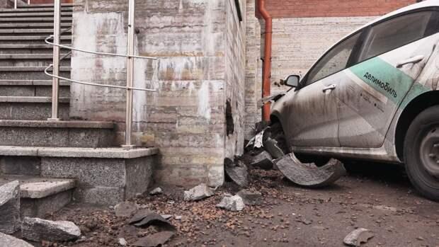 Водитель каршеринга сбил двух человек на большой скорости в Москве