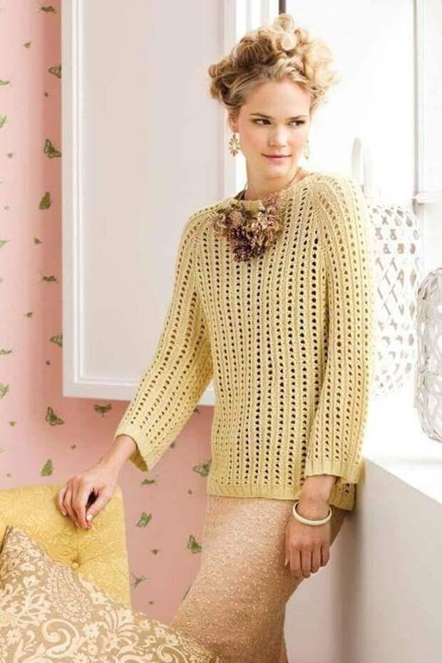Красивый пуловер связанный от горловины